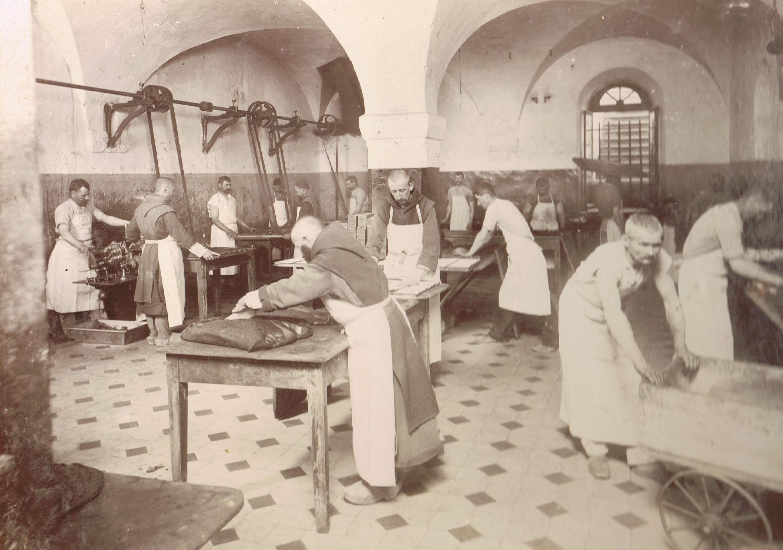 Moines fabriquant du chocolat (collection abbaye d'Aiguebelle)